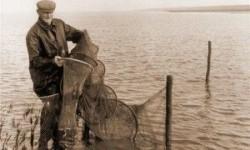 Lammert Palma leegt de vangst uit de palingfuik in het vandelnet