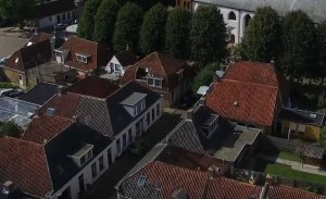 Luchtfoto Alde Buorren 8 Sexbierum (bron Youtube, Hendrik Westra)