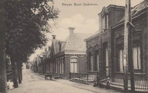 De statige woning aan de Terp op nr. 1 met daarnaast de bakkerij op Nije Buorren nr. 2