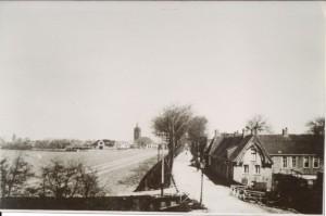 Foto uit collectie van wijlen mevrouw R. Pranger-Houtsma. Datering R. van der Meulen 1927-1938, maar vermoedelijk eind jaren 20. Aan beide zijden van de straat nog een bomensingel. In de verte de Sixtuskerk van Sexbierum.