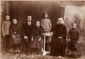 Familieportret van Trijntje Winsemius en Sybren de Vries, kort voor hun emigratie naar Houston, rond 1913. V.l.n.r.: Gerrit (1905), Anna (1903), vader Sybren, Marie (1906), Metje (1901), moeder Trijntje en Pier (1907).