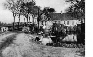 Foto van oudtzummarum.nl Hier is zichtbaar dat er een klein haventje was, alvorens de vaart verder liep naar Liauckema State. Datering door R. van der Meulen eveneens op 1927-1938.