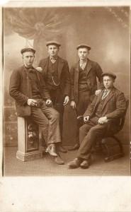 Groepsportret, herfst 1911. Bote is links gezeten maar wie zijn de drie maten?