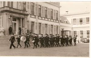 Het defilé op Paleis Soestdijk op 22 april 1949.