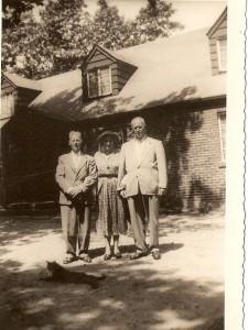 Bote (rechts) op familiebezoek bij broer Hyltje en zijn Nellie, 1950.
