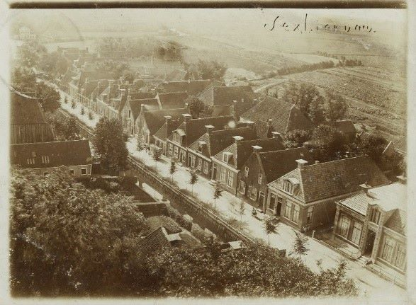 Luchtfoto van oudtzummarum.nl  Datering door R. van der Meulen vastgesteld op 1903-1905 Hierop is de bakkerij op de Nije Buorren 2 dus hagelnieuw. Een foto van vóór de brand uit 1901 is mij niet bekend, maar wie weet komt die ooit nog boven water.