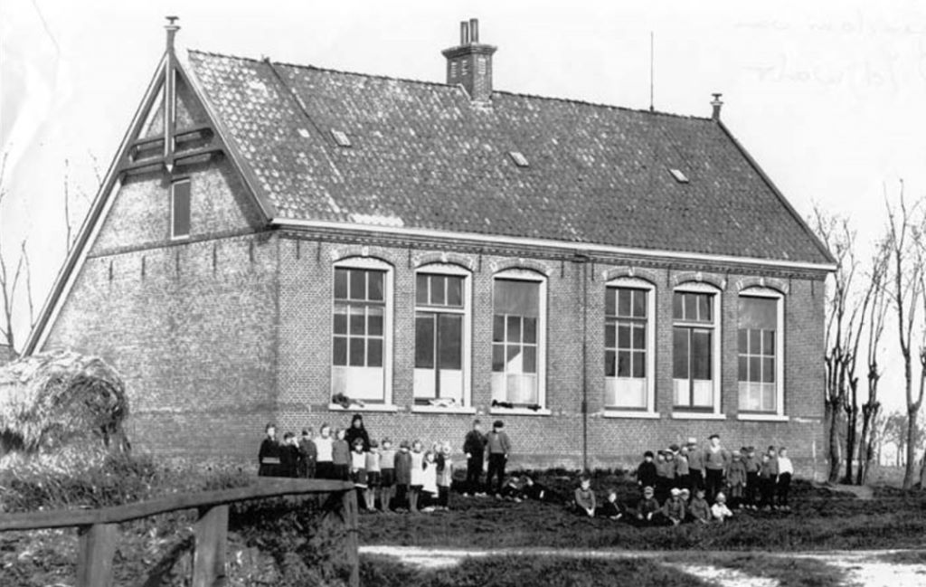 De voormalige lagere school van Firdgum ca. 1910. Nu bekend als Yeb Hettinga skoalle.
