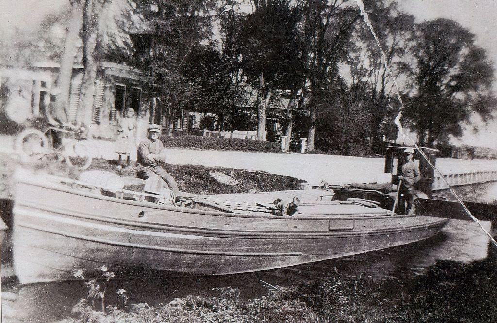 Een foto van omstreeks 1920 van de haven van Oosterbierum. Met het motorschip van schipper/aardappelhandelaar Bauke Douwes Lodewijk. Het schip ligt voor Baukes huis.