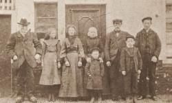 Foto uit circa 1910. Cornelis Sybesma staat links. Zoon Bouke en schoondochter Lijsbeth zijn tweede en derde van rechts. De kinderen van Bouke en Lijsbeth zijn van rechts naar links: Cornelis (Midlum 1886),  Sybe (Sexbierum 1895), Frans (Harlingen 1899), Hesseltje (Sexbierum 1889) en Janke (Sexbierum 1893). Lijsbeth bleef tot op hoge leeftijd haar Sexbierumer klederdracht trouw.